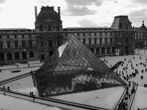 Louvre Museum (black & white)
