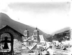 Toits et clochers d'un village de moyenne montagne