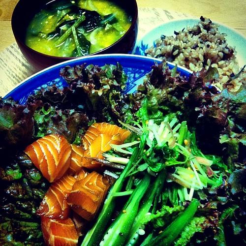 ピリ辛サーモンサラダ / 有機野菜の味噌汁 / 有機玄米と雑穀ご飯昆布入り