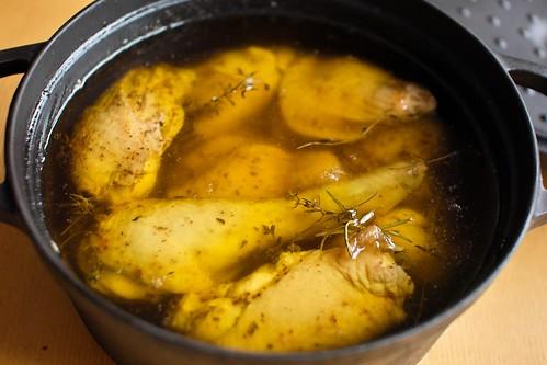 骨付き鶏もものコンフィ、仕込み終了。オリーブオイル、バスクの調味塩、ローズマリーとタイム。
