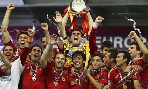 Iker-Casillas-levanta-Eurocopa