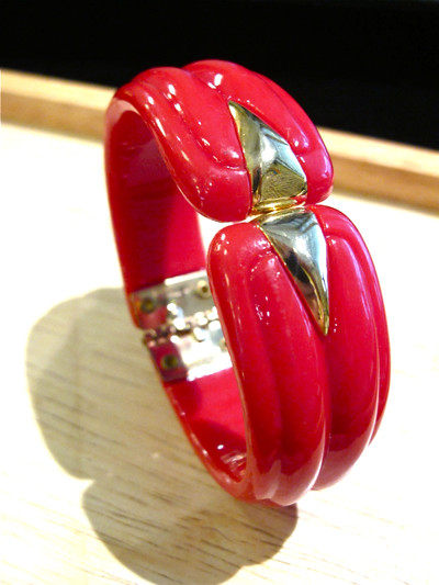 Stylish red and gold-tone plastic hinged clamper bracelet