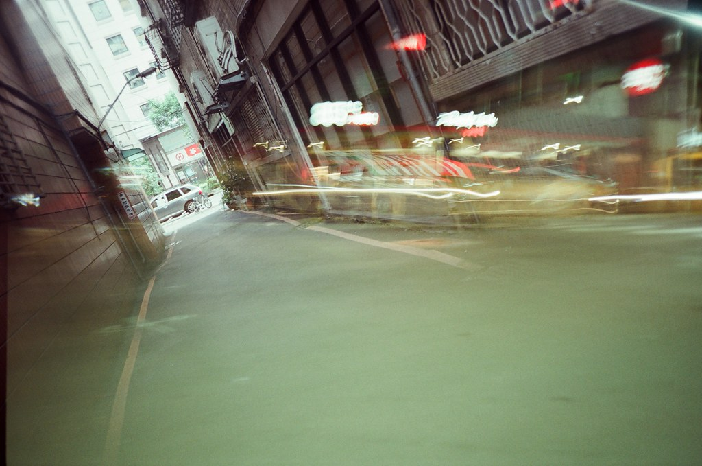 Double Exposure, Splitzer, Taipei, Taiwan / Fujifilm 500D 8592 / Lomo LC-A+ 一捲測試感光度的電影底片,有點忘記當初的目標是什麼了。  Lomo LC-A+, Splitzer Fujifilm 500D 8592 7395-0026 2016-05-04 ~ 2016-05-13 ISO200 P1:9.5~3.5 1~24 DayLight P2:3.5~9.5 1~24 Night Photo by Toomore