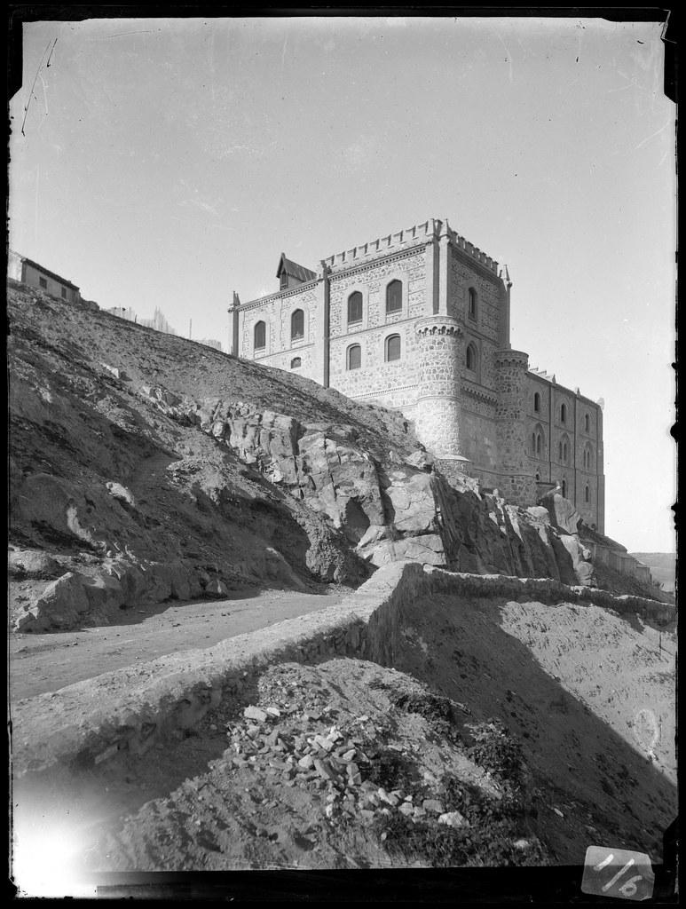 Antiguo picadero militar fotografiado en el siglo XIX por Casiano Alguacil desde Doce Cantos. Ayuntamiento de Toledo. Archivo Municipal