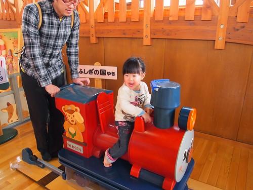 汽車に乗り込む娘
