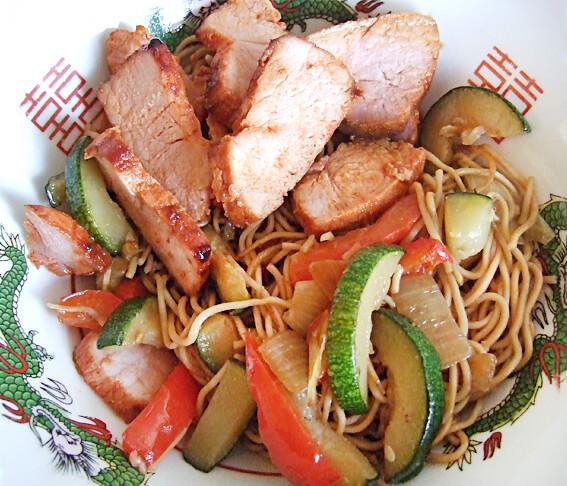 Bami met groenten en gemarineerd hammetje