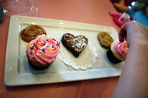 dessert-plate-auttie-hand