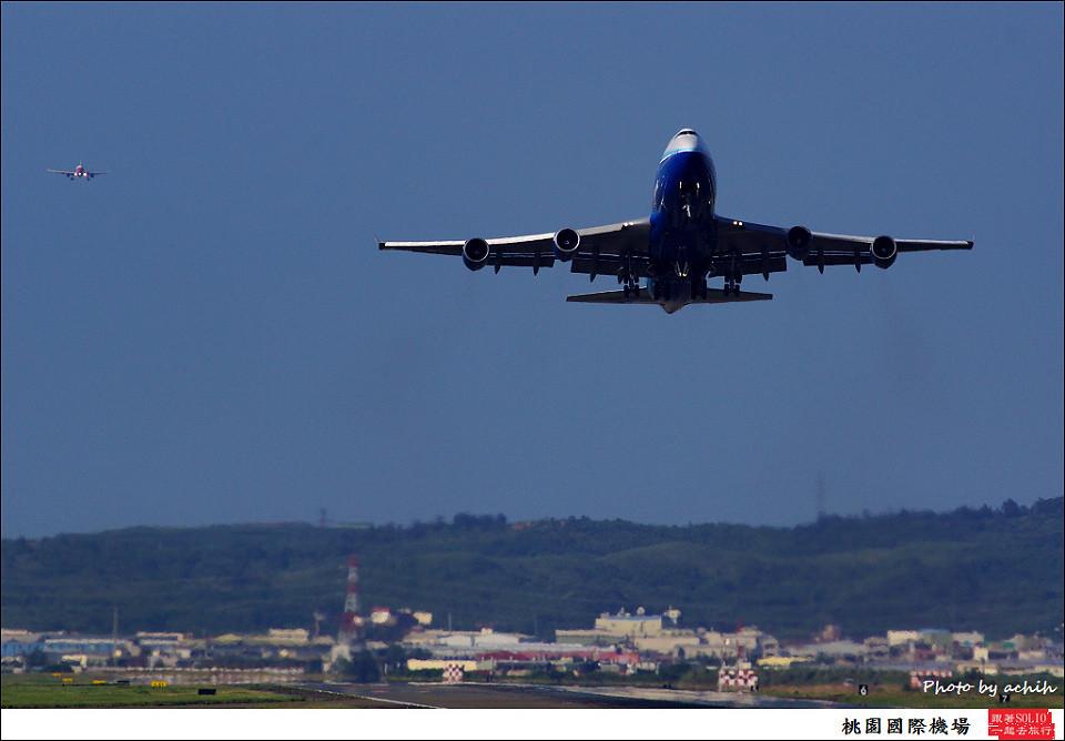 中華航空B-18210客機085