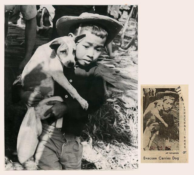 Vietnamese Children During the War - di tản, bế theo chó của mình