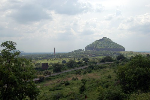 Deogiri heisst Berg der Götter und so erscheint der Festungsberg auch von der Strase aus gesehen
