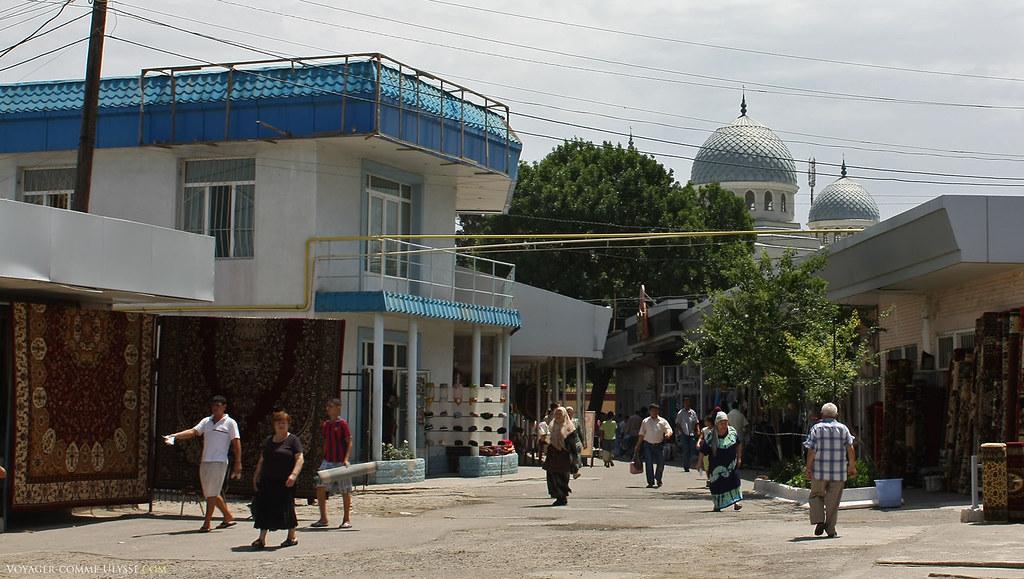 Ici, on vend des tapis. Les conduites de gaz, même à Tachkent, sont suspendues comme des fils électriques.