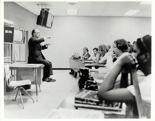 Harold Burson speaking with Journalism students at Ole Miss, 1975