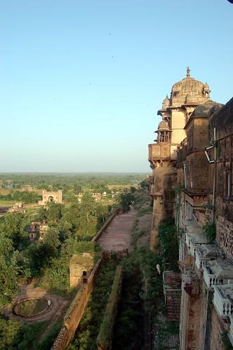 Rechts die Burgmauer und unten die grüne Insel, im Hintergrund sind Tempel aus denen Ramayana gelesen wurde