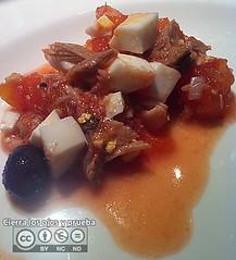 Tomate, huevo duro, bonito, cebolla, aceitunas, bacalao y aceite de oliva virgen