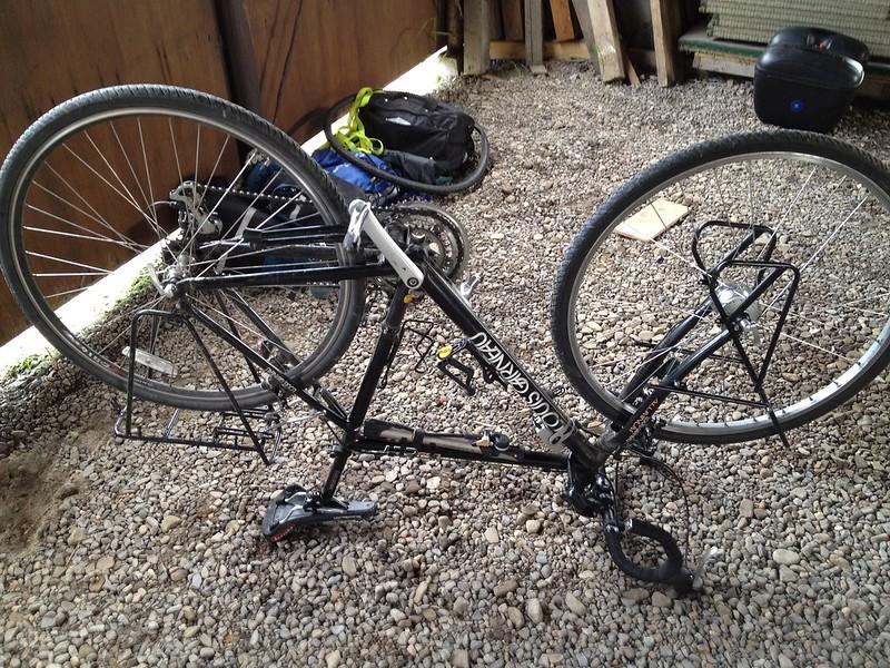 自転車のメンテナンス中