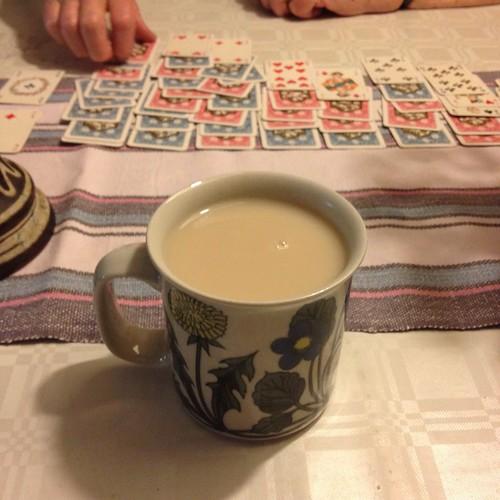 Kvällste vid köksbordet i Öregrund. Mamma lägger patiens