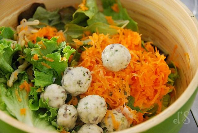 Salade composée aux boulettes de poulet