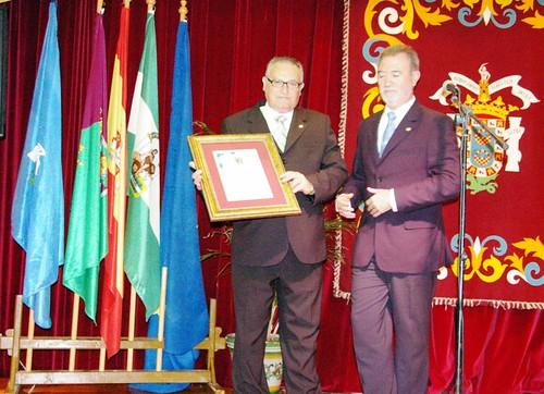 ElPresidente de la Casa de Melilla en Sevilla hace entrega de un cuadro