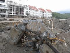 沙灘挖出美麗灣埋下之鋼筋水泥廢棄物(地球公民基金會提供)