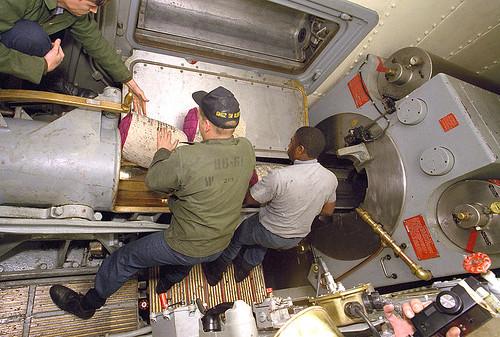 800px-USS_Iowa_(BB-61)_placing_powder_bags