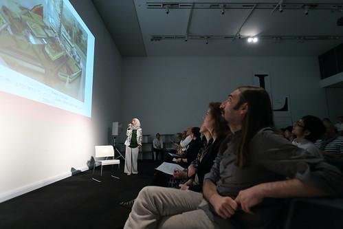 リーム・アル・ガイスのトークを聴いている客席のヴァルタン・アヴァキアンら