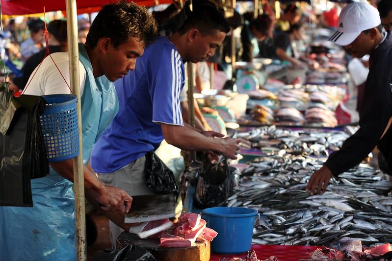 同類型的攤販大多集中在一起,大致可分蔬果、魚、雞、熟食區