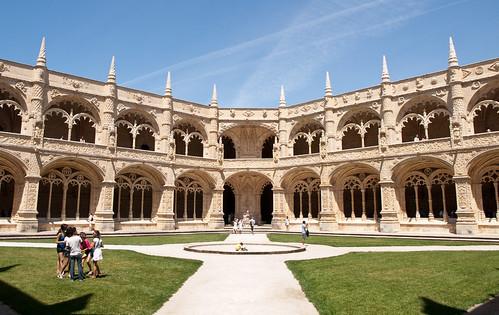 Claustro del Mosteiro dos Jerónimos by treboada