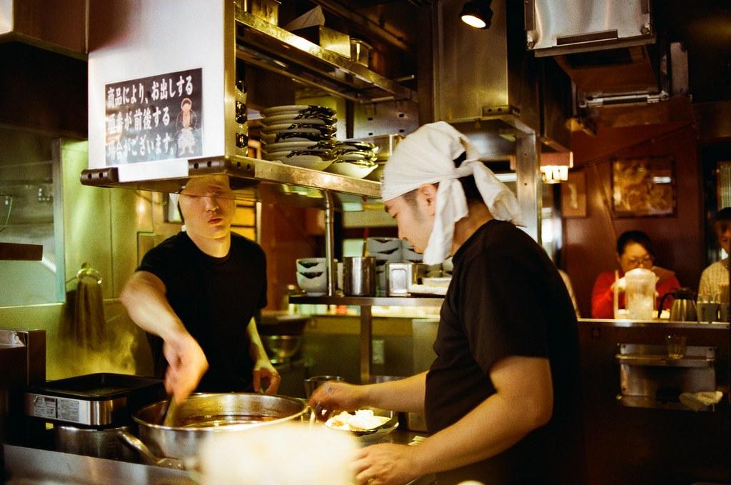 麵屋武藏 中野 吉祥寺 Tokyo, Japan / Kodak ColorPlus / Nikon FM2 那時候在中野這裡吃到一間湯頭很濃郁的拉麵,一直惦記著,但卻沒記得店家名稱是什麼。  後來回台灣後,在網路上隨意搜尋公司附近有沒有什麼好吃的拉麵店,推薦了一間叫做「麵屋武藏」,在中山北路附近。  結果在整理照片的時候發現原來我在中野吃得就是日本分店!  在中野的這間超級小,但是時時滿座,很特別!  Nikon FM2 Nikon AI AF Nikkor 35mm F/2D Kodak ColorPlus ISO200 0995-0005 2015/10/01 Photo by Toomore