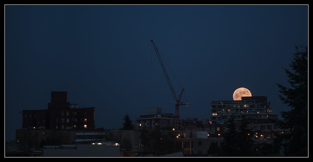 Supermoon rising @ Vancouver, BC - 06/05/12