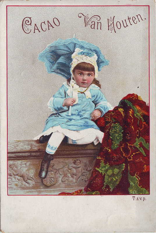 CHROMO CACAO VAN HOUTEN - SMALL GIRL IN BLUE AND WHITE SITTING ON A PLINTH HOLDING A BLUE SUNSHADE