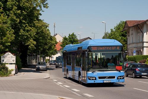Wagen 069 der Münchner Linien fährt die Haltestelle »Unterföhring Bürgerhaus« an