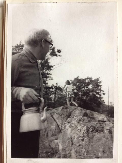 Pappa med kaffepannan och Anna som springer på berget i Öregrund 1970