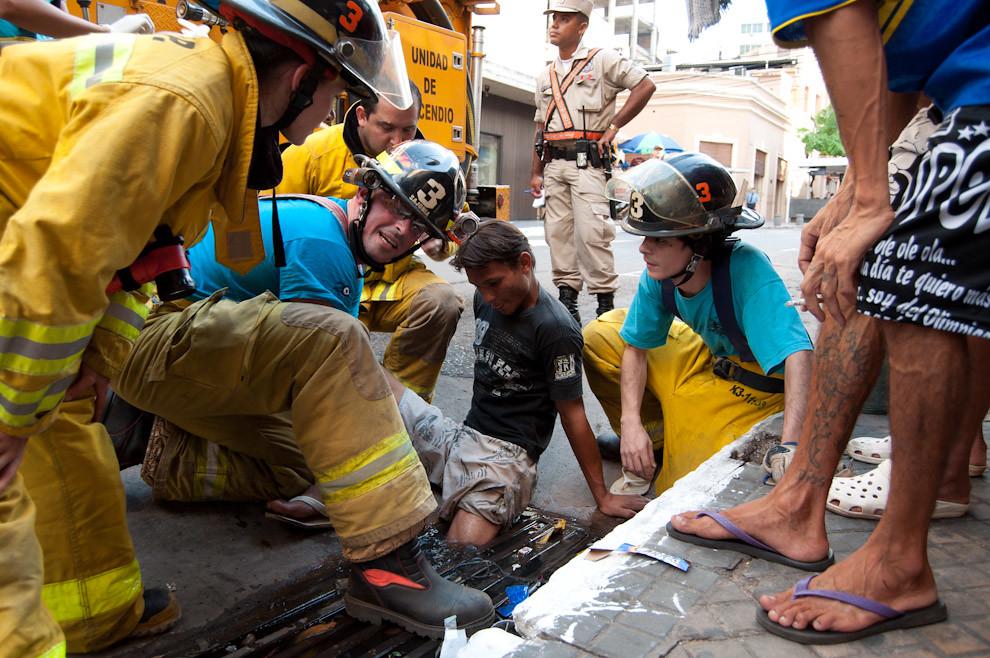 Un joven que quedó atorado en una alcantarilla sobre la calle Alberdi del microcentro de Asunción, es asistido por el grupo de guardia del 18 de febrero en horas de la tarde. Los bomberos voluntarios procedieron a auxiliar al muchacho, comenzando por drenar el agua de la alcantarilla y luego con la ayuda de una palanca consiguieron liberar la pierna atrapada. Posteriormente le hicieron la curación de sus heridas. Afortunadamente el peligro no pasó a mayores. (Elton Núñez)
