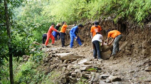 2.台灣志工在雨季時開闢森林防火線