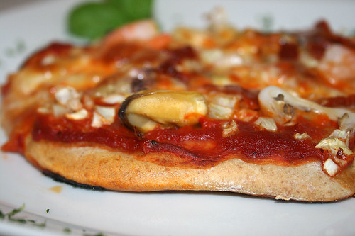48 - Dinkelpizza mit Meeresfrüchten, Fenchel & Orange / Spelt pizza with seafood, fennel & orange - CloseUp