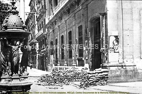 Barcelona, hechos de mayo de 1937, barricadas en la Rambla de Santa Mónica. by Octavi Centelles