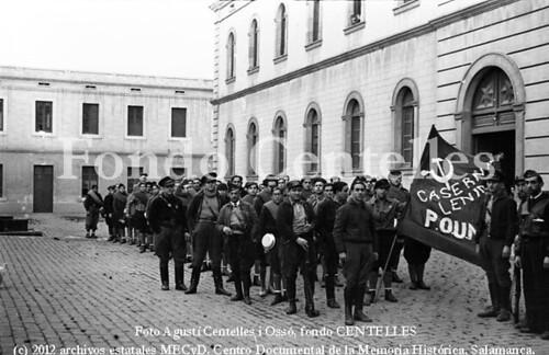 Barcelona, 26 de diciembre de 1936, el escritor  Eric Arthur Blair en el cuartel Lenin, junto a los voluntarios del Partido Obrero de Unificación Marxista. by Octavi Centelles