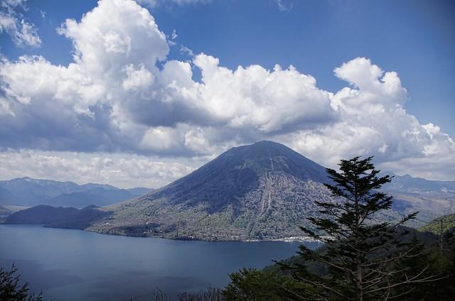 新緑の男体山と中禅寺湖