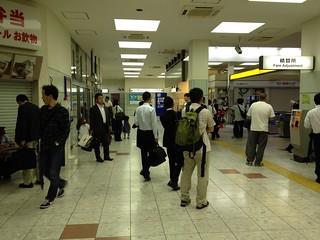 強制降車させられた乗客でごった返した後の豊橋駅