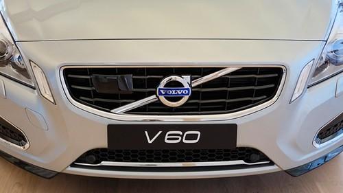 V60 обладает двумя двигателями: 212-сильным 2,4-литровым дизелем D5 и 69-сильным электродвигателем