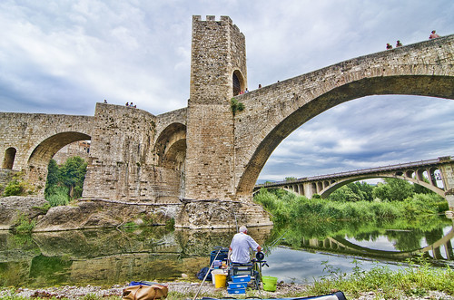 Fishing under the bridge / Pescando bajo el puente.-