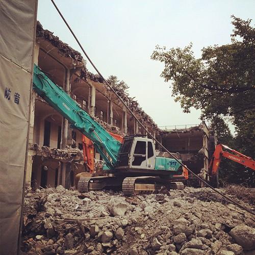 お墓参りに来たら、伊那小学校の南校舎が取り壊し中だった。僕らが通っていた頃から古い校舎だったけど、取り壊されるのは寂しいね。