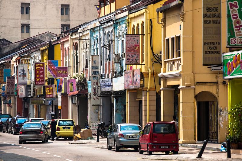 色彩濃郁,建築風格中西混雜的街道