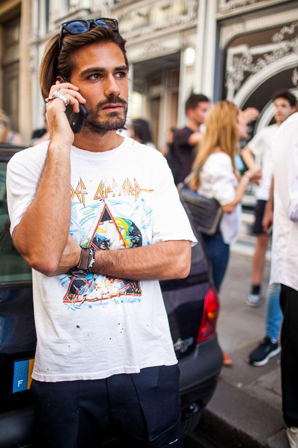 デフレパード白Tシャツ×紺パンツ