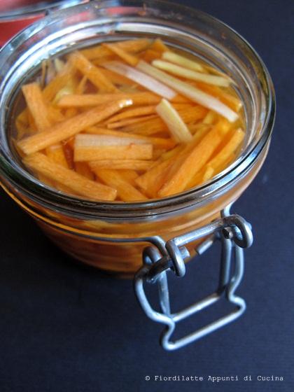 Julienne di carote e sedano marinati