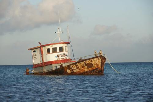Belize: rust bucket on the shore // eine Rostlaube an der Küste