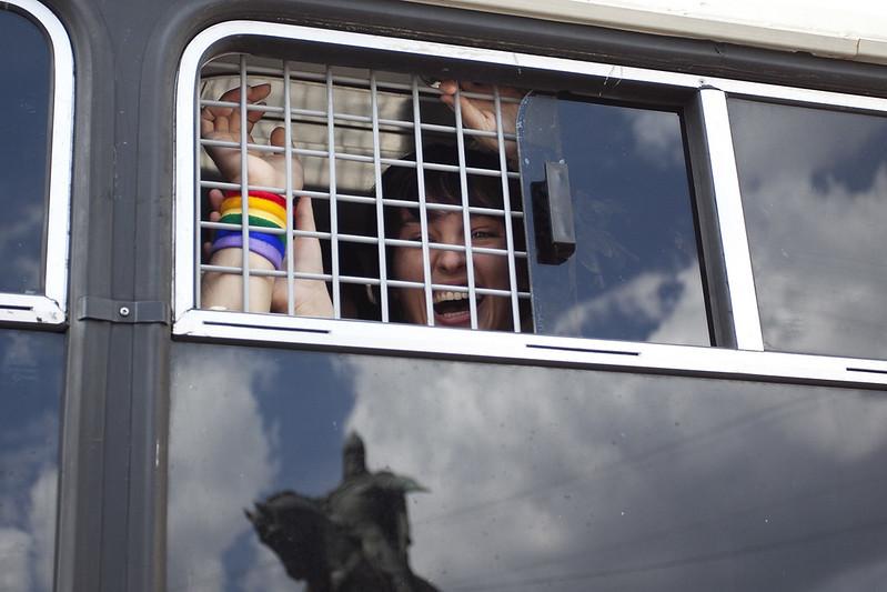 Гей-парад в Москве 27 мая 2012 Елена Костюченко в автозаке