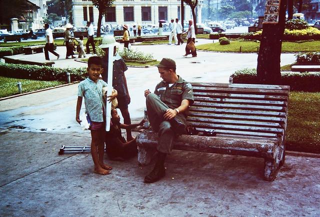 VIETNAM 1962-64 - Vườn hoa Công trường Diên Hồng trước chợ Saigon