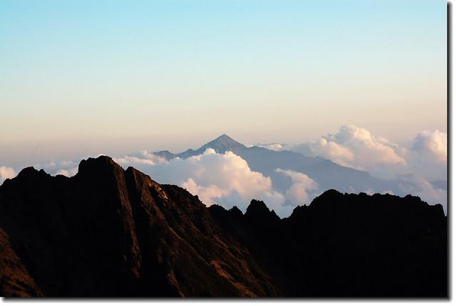 圓峰頂南眺南一段(關山、小關山、卑南主山)