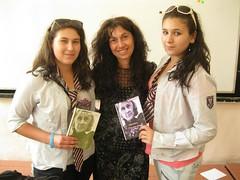 a Elena y a Plamena regalando el poemario Esperanza traducido en ingles y en bulgaro